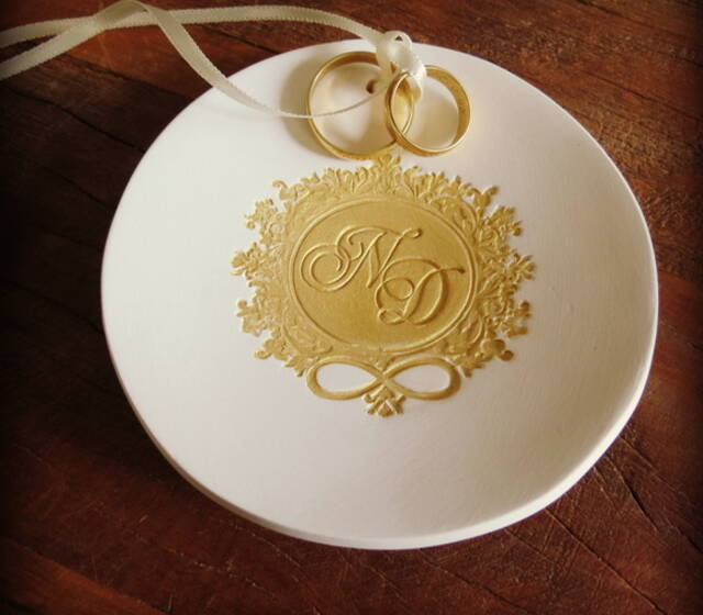 Porta alianças personalizado em porcelana fosca com carimbo (monograna cliente) - dourado