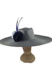 Pamela en color gris con flores aterciopeladas de tela y dos plumas en color azul eléctrico. Alquiler o compra.