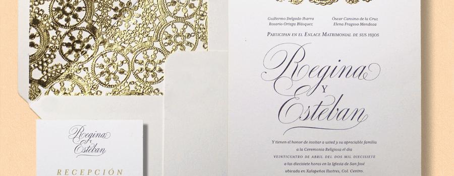 El sobre con forro en papel oro calado brinda armonía y elegancia a una invitación clásica. ¡Un dúo fascinante!