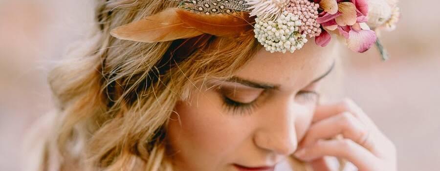 Corona de flores preservadas y plumas