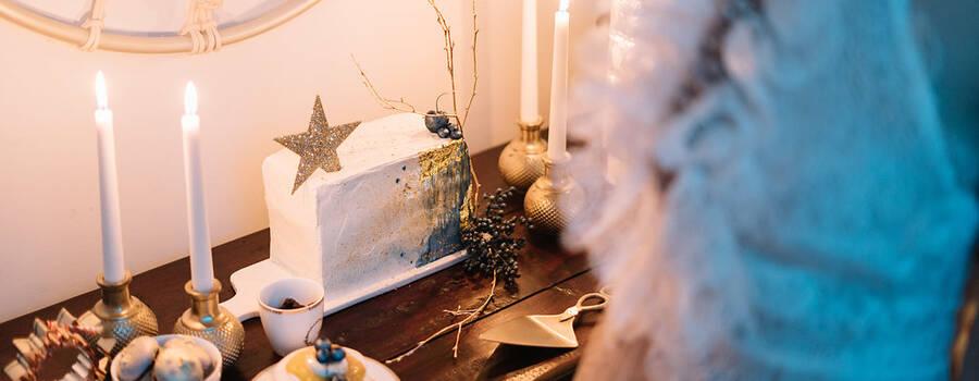 """""""Midnight blue stellar sky"""" cake - foto: ninho / vestido: Jesus Peiro"""