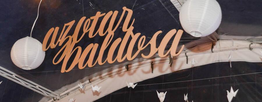 Letras diseñadas a mano, digitalizadas y cortadas en madera para la decoración del espacio.