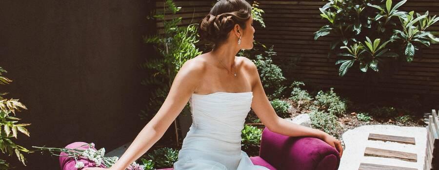 Secret Garden tiene servicios de Novias atractivas para ti, en el cual tu puedes venir a nuestro salón un día antes, donde podrás guardar tu indumentaria de Novia en una habitación especial para la preparación previa a tu boda, dentro del mismo lugar; también contamos con un hermoso jardín zen en el cual podrás realizar sesiones de fotografía y salir lista a tu especial encuentro a tu nueva vida.  Al solicitar el servicio de Novios incluirá un masaje capilar sin costo, además madrinas y acompañantes tendrán un descuento especial.