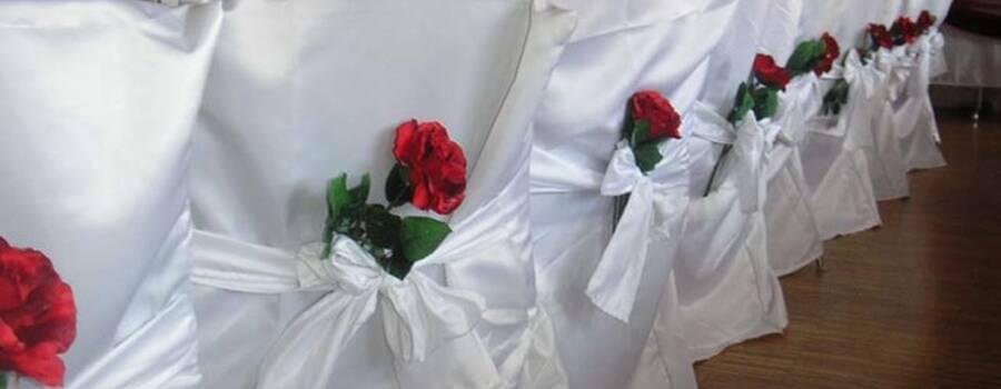 Beispiel: Hussen mit Floradekoration, Foto: Hochzeitsvermietung - Stuhlhussen Deutschland.