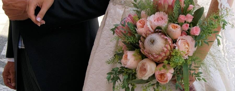 ramo de novia con proteas y rosas inglesas