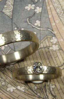 * witgouden ring met fijne hamerslag met een 0,20 crt briljant geslepen diamant * witgouden ring met fijne hamerslag * trouwringen uit het Oogst atelier
