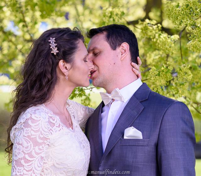 Romantischer Kuss nach der Trauung beim Brautpaar-Shooting