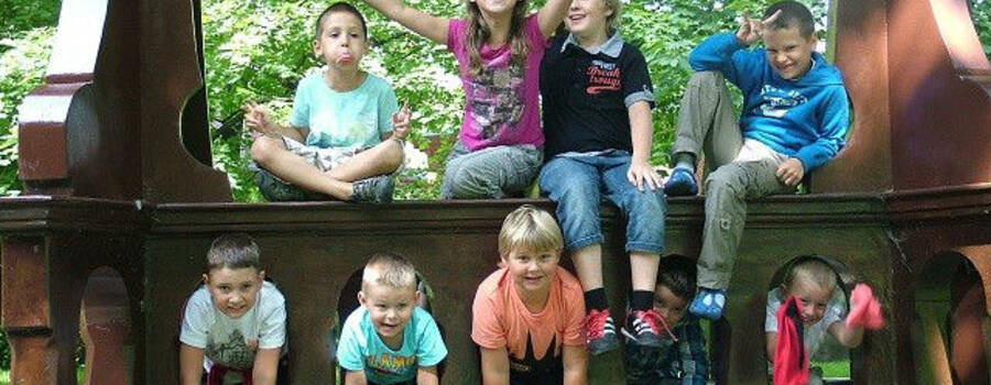 Dzieci bawiące się na dworze