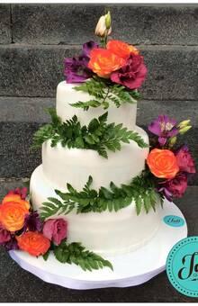 Pastel para 70 personas cada piso un sabor diferente, decorado con flores naturales. Entregado en Cocoyoc, Morelos