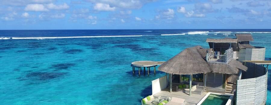 Villa sobre el agua con piscina privada en Maldivas