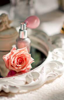 Винтажное зеркало и флакончик