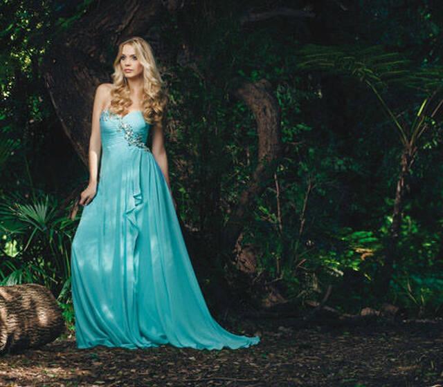 """Un abito da vera principessa. Georgette fluttuante nel colore moda """"tiffany""""."""