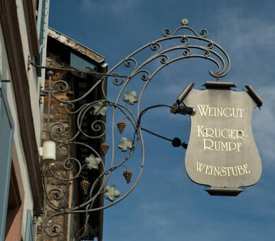 Beispiel: Schild, Foto: Weingut Kruger-Rumpf.