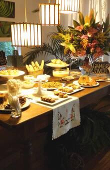 Mesa de antepasto no estilo chá da tarde
