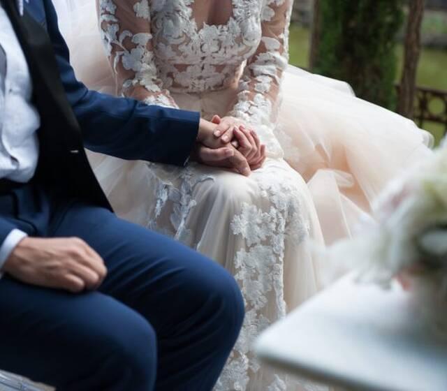 Due mani che si sfiorano..il più delicato gesto d'Amore..