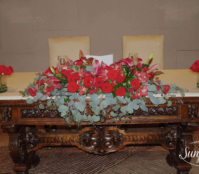Mesa principal con rosas y lilis
