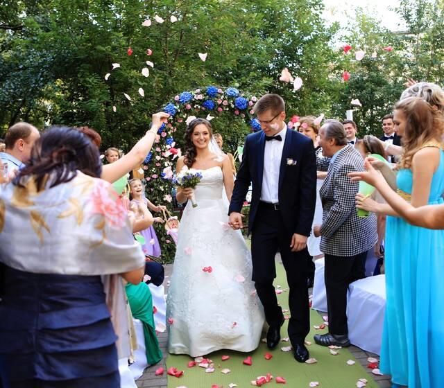 Выездная регистрация брака в сквере перед отелем