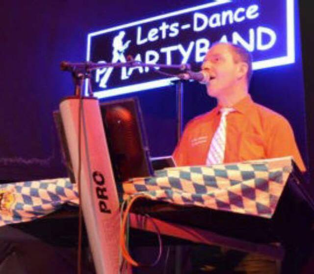 Alleinunterhalter mit Keyboard und Gitarre