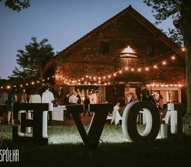 Girlandy świetlne i napis LOVE tworzące niesamowity klimat w plenerze