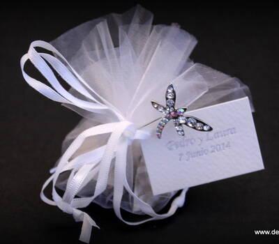 Alfiler presentado en pañuelo de tul con caramelos