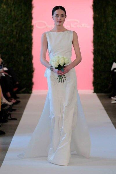 Dezentes Peplum-Brautkleid aus schlichtem Stoff! Auch hier trumpft das Design – Foto: Óscar de la Renta Spring 2015 - New York Bridal Week