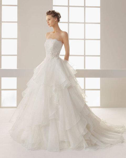 Suknia ślubna z falbanami z kolekcji Two by Rosa Clara 2013, model: Dehesa
