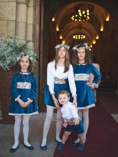 Cortejo nupcial - meninas com vestidos em tons de azul e faixas com estampados.