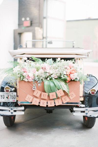 Decoración con flores y banderolas.