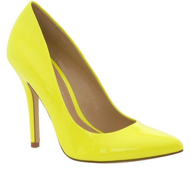 Zapatos de tacón fino en amarillo. Foto: AldoShoes.com