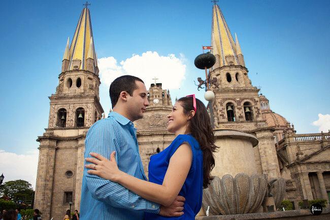 Fotografía casual en pareja de Dani y Jorge frente a Catedral
