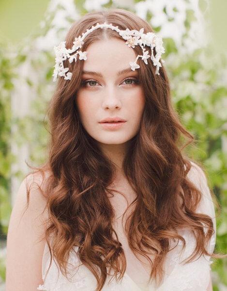 novia con pelo suelto y rizado con tocado floral