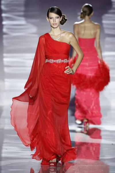 Invitadas de rojo: los mejores diseños de la temporada