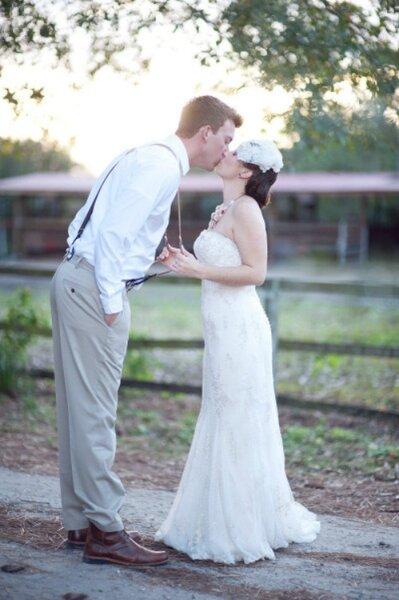 Para un look más casual, no habrá nada mejor que incluir tirantes en el look de tu novio - Foto: Shea Christine Photography