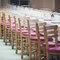 Decoración de mesa de boda minimalista con sillas de madera