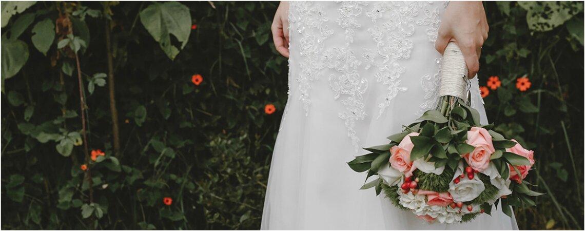 Cómo combinar tu vestido de novia con el ramo de flores: consejos para cada corte