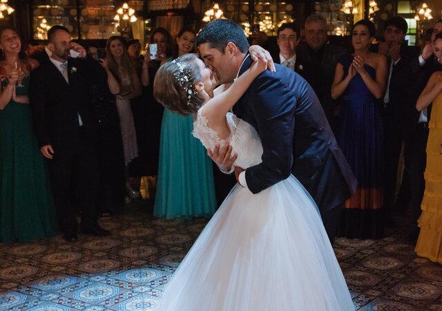 Casamento clássico de Camilla & Rafael: decoração romântica, repleta de cor-de-rosa, realizado em dois locais super tradicionais do centro do Rio de Janeiro