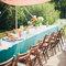 Decoración de mesa de boda al aire libre con mantel turquesa