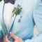 Pajarita azul marino de topos y flores con broche rompedor.