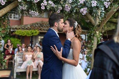 Casamento ao pôr do sol de Flávia & André: decoração linda em tons lavanda à beira mar!