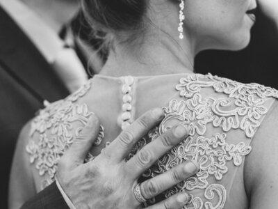 Czarno-biała fotografia ślubna. Passe czy klasyka? Sprawdź to z nami!