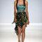 Vestido de fiesta corto con corpiño en color turquesa, escote strapless y acabado asimétrico