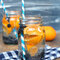 Agua con sabor a mandarina y arándanos.