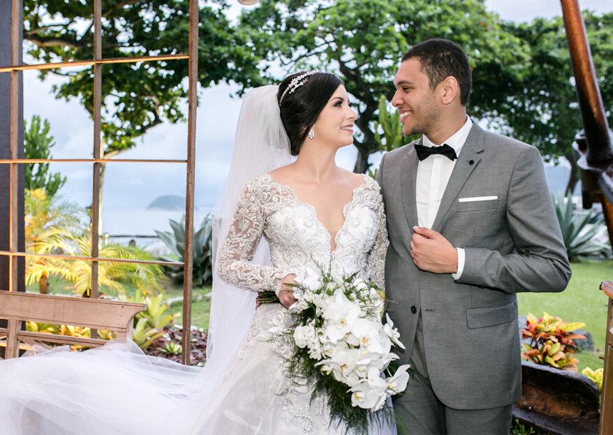 Raniellen & Adriano: casamento clássico e emocionante com um toque de cor dando mais charme à decoração