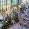 Mesa imperial con centros silvestres y candelabros.