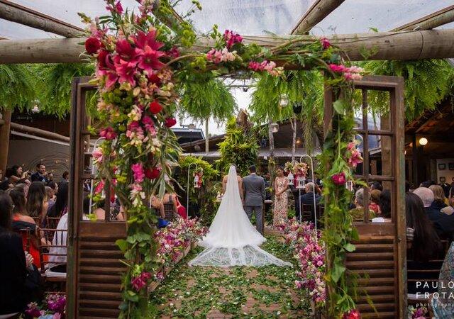 Entrada da cerimônia de casamento ao ar livre com portas: um toque de charme e inovação em seu grande dia!