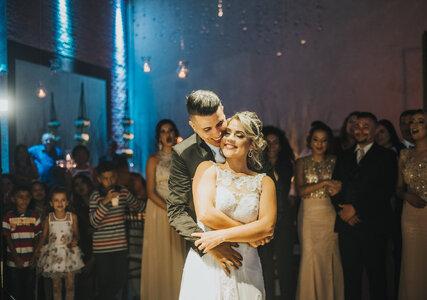 Casamento clássico de Stefany e Rafael: animação e cumplicidade em celebração no Guarujá