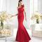 Vestido de un hombro y cola en tono rojo para damas de boda