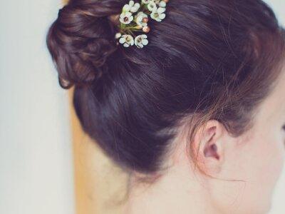 Cómo hacer un moño alto perfecto para una boda: ¡el top bun está de moda!