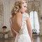Figurbetontes Brautkleid mit sinnlichem Rückenausschnitt und Spitze.