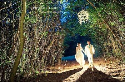 Trajes de noivo em tons claros de casamentos reais: inspire-se!